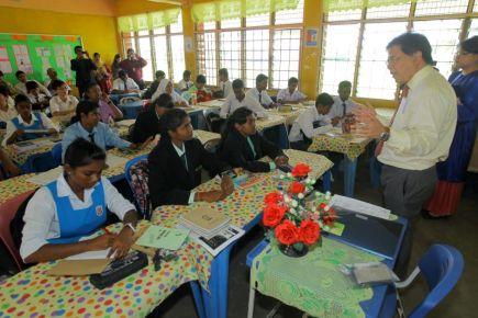 Menteri di Jabatan Perdana Menteri, Datuk Seri Idris Jala mengajar subjek Bahasa Inggeris di SMK Tengku Idris Shah pada Teach For Malaysia Week. Foto THE STAR Oleh: AZMAN GHANI