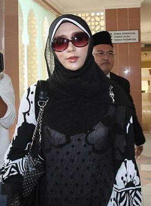 Maizawati ketika hadir di Mahkamah Syariah Ipoh pagi tadi untuk menghadiri kes tuntutan cerai yang difailkan tempoh hari terhadap suaminya, penyanyi/pendakwah Akhil Hayy.(Foto The Star oleh Zabidi Tusin)
