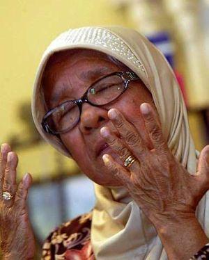 Mak Inom mendoakan arwah Yasmin ditempatkan disisi orang yang beriman kerana anaknya itu seorang anak yang sangat taat kepada ibu bapanya. - foto THE STAR oleh SHAARI CHE MAT