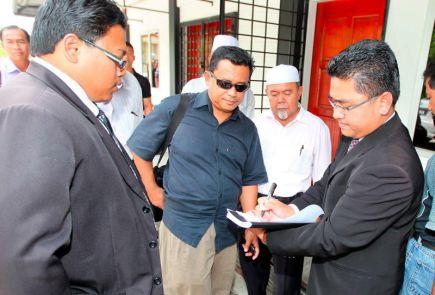 Azahari Ismail (dua, kiri) wakil kepada calon PAS bagi kawasan Parlimen Telok Kemang pada Pilihan Raya umum Ke-13 (PRU-13), keluar dari Mahkamah Majistret di Port Dickson selepas mengaku tidak bersalah atas tuduhan mengunci sembilan peti undi di Pusat Mengundi Dewan Hangar, Pusat Latihan Asas Tentera Darat (PUSASDA), Selasa lepas.