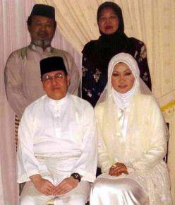 Gambar fail Sultan Kelantan, Tuanku Ismail Petra Tuanku Yahya Petra semasa bersama bekas isteri muda baginda, Elia Suhana Ahmad.