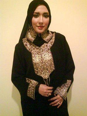 Maiza dengan jubah abayanya. -foto koleksi MAIZA