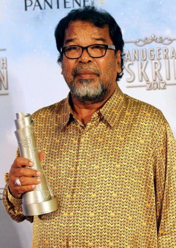 Pelakon terkenal, Abu Bakar Omar menerima anugerah Pelakon Lelaki Terbaik Drama menerusi lakonan cemerlang dalam Gincu Ayah.