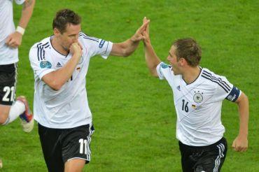 Klose (kiri) meraikan jaringan ketiga perlawanan bersama Lahm pada aksi menentang Greece, awal pagi Sabtu.