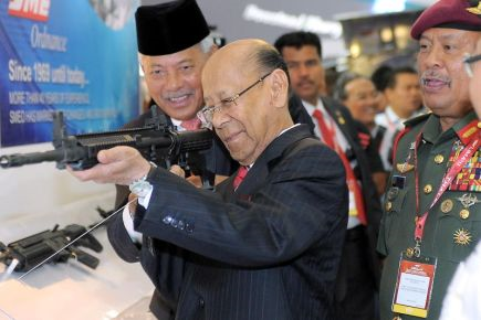 Yang di-Pertuan Agong, Tuanku Abdul Halim Mu'adzam Shah (dua kiri) berkenan mencuba Sniper IAR6940 (lightweight) di Pameran Maritim dan Udara Antarabangsa Langkawi (LIMA '13) pada hari kedua di Pusat Pameran Antarabangsa Mahsuri (MIEC) pada Khamis. Turut hadir Panglima Angkatan Tentera Jeneral Tan Sri Zulkifeli Mohd Zin (kanan). -fotoBERNAMA