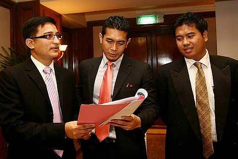 Fahrin (tengah) bersama peguamnya Tengku Naufal Tengku Mansor (kiri) pada sidang media notos tuntutan terhadap bekas kekasihnya Linda Onn. Foto The Star Oleh BRIAN MOH
