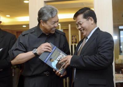 Menteri Dalam Negeri, Datuk Seri Dr Ahmad Zahid Hamidi menyerahkan cenderahati sebuah bukunya bertajuk