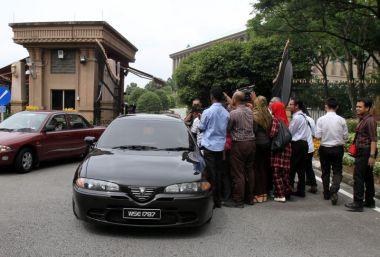 Shahidan Kassim tiba di Pejabat Perdana Menteri pada Jumaat.