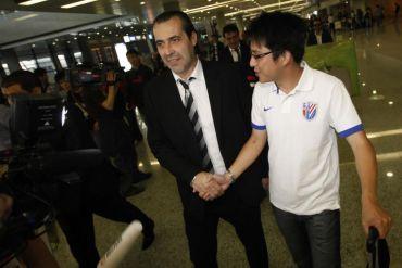 Ma Yue (kanan) menyambut Batista di Lapangan Terbang Shanghai Pudong, Jumaat.Foto: Reuters