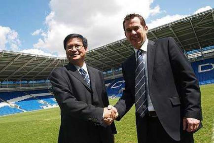 Chan Tien  Ghee (kiri) mengucapkan tahniah kepada Ketua Pegawai Eksekutif yang baru, Gethin Jenkins di Stadium Cardiff City selepas Mesyuarat Agung Luar Biasa kelab semalam.