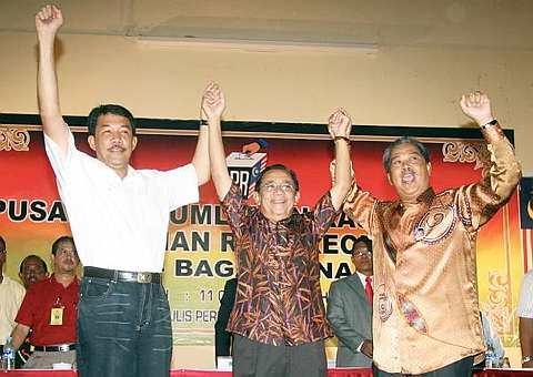 Timbalan Perdana Menteri Tan Sri Muhyiddin Yassin bersama-sama Menteri Besar Datuk Seri Mohamad Hasan (kiri) mengangkat tangan calon Barisan Nasional (BN) bagi Pilihan Raya Kecil Dewan Undangan Negeri (DUN) Bagan Pinang Tan Sri Mohd Isa Abdul Samad setelah diumumkan menang pada pilihan raya itu di Dewan Majlis Perbandaran Port Dickson di sini, malam ini. Mohd Isa mengalahkan calon PAS Zulkefly Mohamad Omar dengan majoriti 5,435 undi dalam pilihan raya itu. Mohd Isa memperolehi 8,013 undi manakala Zulkefly mendapat 2,578 undi.-Foto BERNAMA.