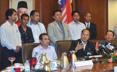 Jelani Hamdan (duduk, tengah) bersama bekas ketua-ketua Cabang PKR Sabah pada sidang media pengumuman keluar parti di Menara Dato Onn, Kuala Lumpur, Selasa.