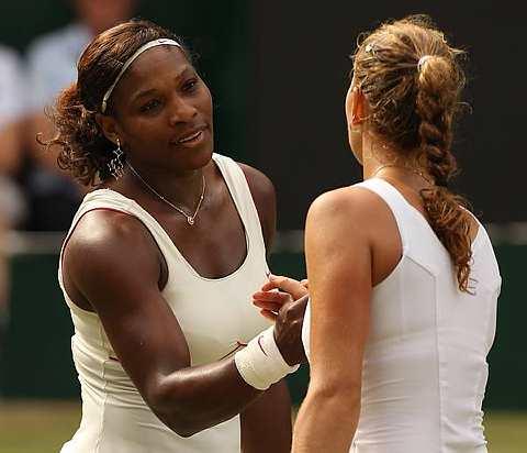 Serena berjaya menewaskan Kvitova di peringkat separuh akhir tenis Wimbledon, semalam. - Foto AP