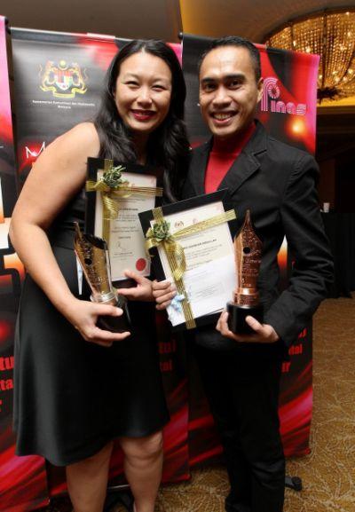 Editor Hiburan mStar Online Niezam Abdullah bersama penulis jemputan The Star, Grace Chen  merangkul anugerah Trofi Samad Idris pada Malam Penghargaan Industri Filem 2013 anjuran FINAS pada malam Sabtu.