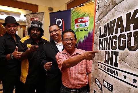 Nizam Sani bersama-sama pelawak yang bakal muncul dalam Lawak Minggu Ini di Astro Warna. - Foto LOW LAY PHON
