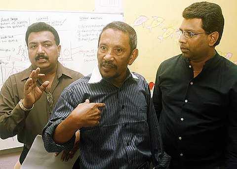DATUK N. Muneandy (kiri), Datuk Shaharuddin Adnan (tengah) dan Naib Presiden Persatuan Penduduk Bukit Antarabangsa, Raymond Jagathesan bercakap kepada pemberita hari ini. - foto The Star oleh ABDUL RAHMAN SENIN