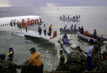 Pasukan penyelamat sedang mengeluarkan mangsa dari pesawat yang terhempas di laut.
