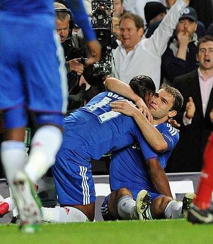 Ivanovic (kanan) menjaringkan gol ketiga dan keempat Chelsea.