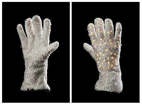 Inilah sarung tangan MJ yang bakal dijual tidak lama lagi. -foto REUTERS
