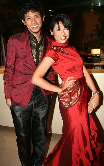 Nabil dan kekasihnya Irma Hasmie selepas diumumkan sebagai pemenang Bintang Paling Popular 2008.