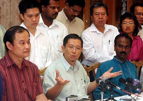 SIDANG akhbar Menteri Besar Perak, Datuk Seri Mohammad Nizar Jamaluddin (tengah) selepas mengadakan mesyuarat tergempar di Ipoh semalam.
