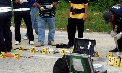 Seorang lelaki berusia 42 tahun dipercayai pengedar dadah mati selepas melontarkan sebutir bom tangan dan berbalas tembakan dengan anggota polis berhampiran persimpangan Taman Tema Air Bukit Merah Laketown Resort di Bagan Serai, Perak, Isnin. Sepasukan anggota polis menjalankan siasatan lanjut di tempat kejadian. - fotoBERNAMA