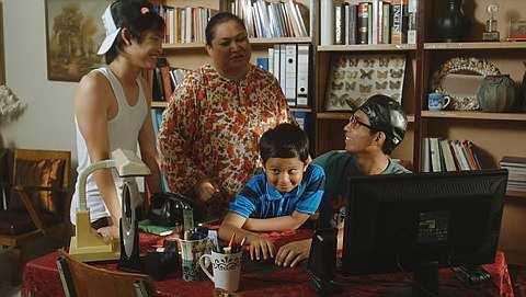 Filem Crayon lakonan Adibah Noor, Kahoe, Faisal dan Joshry Adamme sarat dengan mesej kasih sayang dan semangat tolong-menolong.
