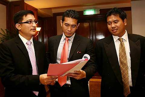 Fahrin bersama peguamnya Tengku Naufal Tengku Mansor pada sidang media notos tuntutan terhadap bekas kekasihnya Linda Onn. Foto The Star Oleh BRIAN MOH