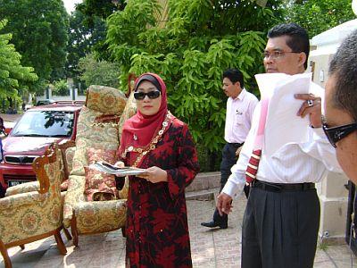 Amelina dan suaminya, Dato Reduan Mahmood, cuba untuk menghalang rumah yang disewa mereka dari dikosongkan pada pagi ini di Kota Kemuning, Shah Alam. -foto mStar oleh AU YEONG HOW