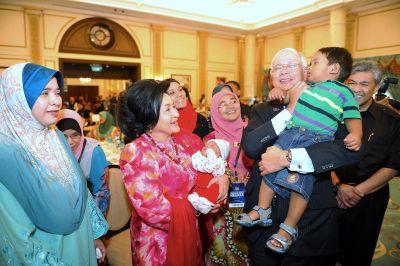 Najib mendukung Noor Muhammad Aqil (1tahun 8 bulan) sementara isterinya, Datin Seri Rosmah Mansor mendukung Noor Aqib Syahid, anak kepada Allahyarham ASP Zulkifle, (sebulan) pada majlis penyampaian sumbangan di Seri Perdana, Putrajaya, Khamis. FotoBERNAMA