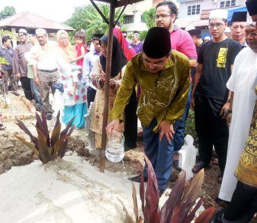 Mantan Ketua Menteri Melaka Datuk Seri Mohd Ali Rustam menyiram air mawar ke pusara Borhan Mohd Yaman di Tanah Perkuburan Islam Masjid Klebang, pada Ahad.Foto:BERNAMA