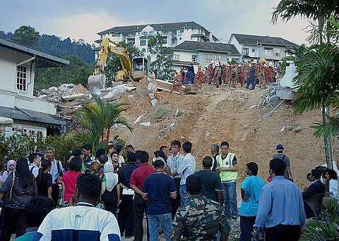 PARA media mula berkumpul di luar kawasan operasi yang dijalankan oleh pasukan Bomba dan Penyelamat serta Mencari dan Menyelamat Khas Malaysia (SMART) untuk mencari mayat pembantu rumah warga Sri Lanka, Lourdes Mary, 30-an yang tertimbus di kawasan tanah runtuh di Bukit Antarabangsa.