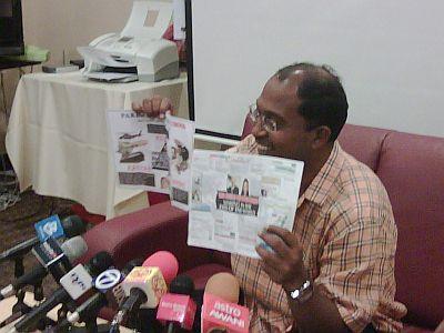 RISALAH TIDAK BERMORAL..Menteri Besar Perak, Datuk Dr Zambry Abdul Kadir menunjukkan kepada media risalah tidak bermoral yang diedarkan oleh pihak tidak bertanggungjawab beberapa jam menjelang hari pengundian.Foto mStar Oleh G.MANIMARAN.