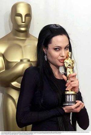 Angelina Jolie antara selebriti yang pernah memenangi Anugerah Oskar. - foto REUTERS