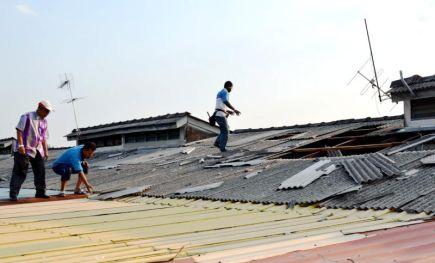 Naib Ketua Umno Bahagian Kuala Kedah Datuk Abdul Muthalib Harum (kiri) meninjau keadaan rumah seorang penduduk, Yusnii Md Saad (tunduk), 43, mangsa kejadian puting beliung di Taman Sri Abadi, Jalan Kuala Kedah di sini, petang Khamis.-Foto BERNAMA