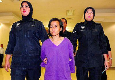 Yuliana (tengah) kelihatan sugul ketika keluar dari Mahkamah Sesyen Kuantan selepas dijatuhi hukuman penjara 20 tahun setelah mengaku bersalah terhadap dua pertuduhan mendera bayi empat bulan di Kuantan, Pahang Jumaat lalu.