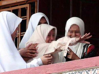 Seorang pelajar Sekolah Menengah Kebangsaan Agama Sheikh Abdul Malik ditenangkan oleh guru dan pelajar lain setelah diserang histeria di sekolah itu di sini, Ahad. - Foto BERNAMA