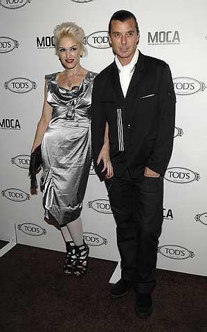 Gwen Stefani (kiri) dan suaminya, Gavin Rossdale hadir ke pembukaan butik Tod di Beverly Hills, California pada 15 April 2010. - Foto AP