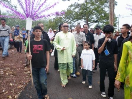 Selebriti Azwan Ali disambut meriah oleh penduduk Kg Rahmat di Kluang