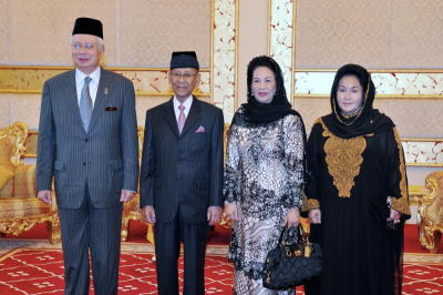 Yang di-Pertuan Agong Tuanku Abdul Halim Mu'adzam Shah (dua, kiri) bersama Raja Permaisuri Agong Tuanku Hajah Haminah (dua, kanan) berkenan menerima menghadap Perdana Menteri, Datuk Seri Najib Tun Razak (kiri) dan juga isteri, Datin Seri Rosmah Mansor di Istana Negara, Jumaat. Majlis terima menghadap ini bertujuan mengucapkan selamat berangkat kepada Seri Paduka Baginda dan Raja Permaisuri Agong yang akan berangkat menunaikan fardu haji, Jumaat. -fotoBERNAMA