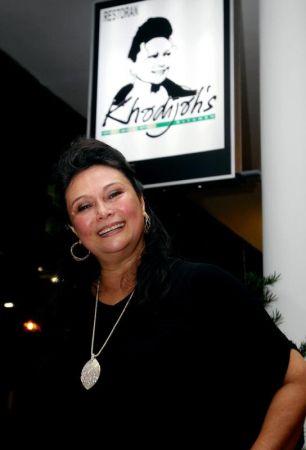 Khadijah akan mengundang artis veteran untuk membuat persembahan di restoran miliknya iaitu Khadijah's Kitchen di Setapak, Kuala Lumpur.