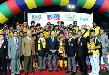 Sultan Azlan Shah (tengah) bergambar bersama pasukan hoki Malaysia selepas majlis penyampaikan hadiah juara pertandingan hoki kelayakan Remaja Asia ke-7, Ahad.