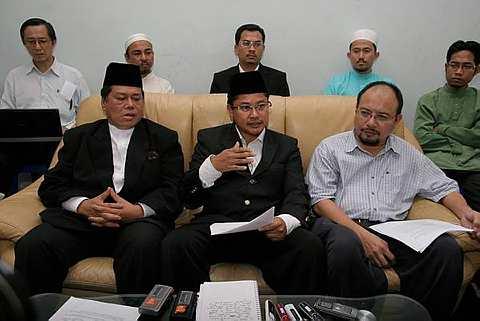 Presiden Jemaah Islam Malaysia, Zaid Kamarudin (kanan), Presiden PGSM, Mohamad Isa Abdul Ralip (tengah), Penasihat PGSM, Ahmad Burok (kiri) dalam sidang akhbar pada hari ini.