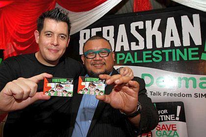 Afdlin Shauki (kanan) bersama Ketua Pegawai Operasi, Tune Talk iaitu Jason Lo menunjukkan kad prabayar bagi membantu rakyat Palestin.