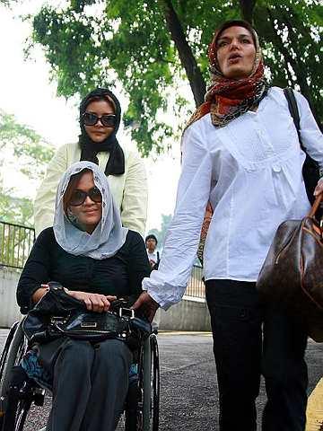 Ida hadir mendengar keputusan pengesahan lafaz cerai Shaarin terhadapnya pada hari ini di Mahkamah Rendah Syariah Kuala Lumpur bersama-sama rakan-rakannya Nanu dan Tania (kanan). - Foto IQMAL HAQIM ROSMAN
