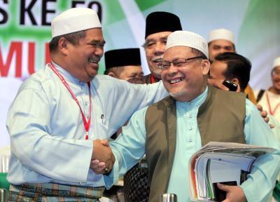 Mat Sabu bersalaman dengan Datuk Mohd Amar Nik Abdullah selepas berjaya mengekalkan jawatan Timbalan Presiden PAS pada Muktamar PAS ke-59 di Stadium Melawati, Shah Alam, Sabtu. -foto AZHAR MAHFOF/The Star