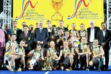 Pemangku Raja Perak Raja Dr.Nazrin Shah bergambar bersama Pasukan Australia yang menjuari Kejohanan Hoki Piala Sultan Azlan Shah ke-22 di Stadium Azlan Shah di Ipoh malam Ahad.-Foto BERNAMA