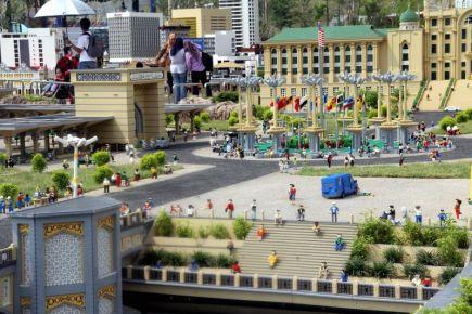 Model mini Kompleks Perdana Menteri di Putrajaya antara model lego yang turut dipamerkan di Legoland, Nusajaya.