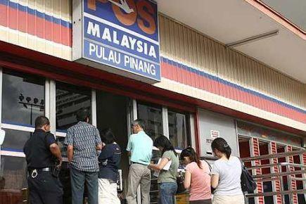TIDAK LEPASKAN PELUANG..Orang ramai sanggup beratur panjang semata-mata untuk membeli Amanah Saham 1Malaysia yang mula dijual mulai hari ini.