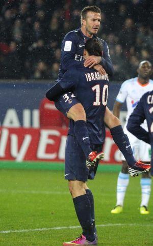 Ibrahimovic memeluk Beckham (kiri) meraikan gol untuk PSG.